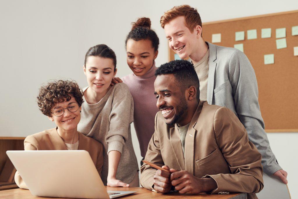Empresa vendo a missão visão e valores do negócio