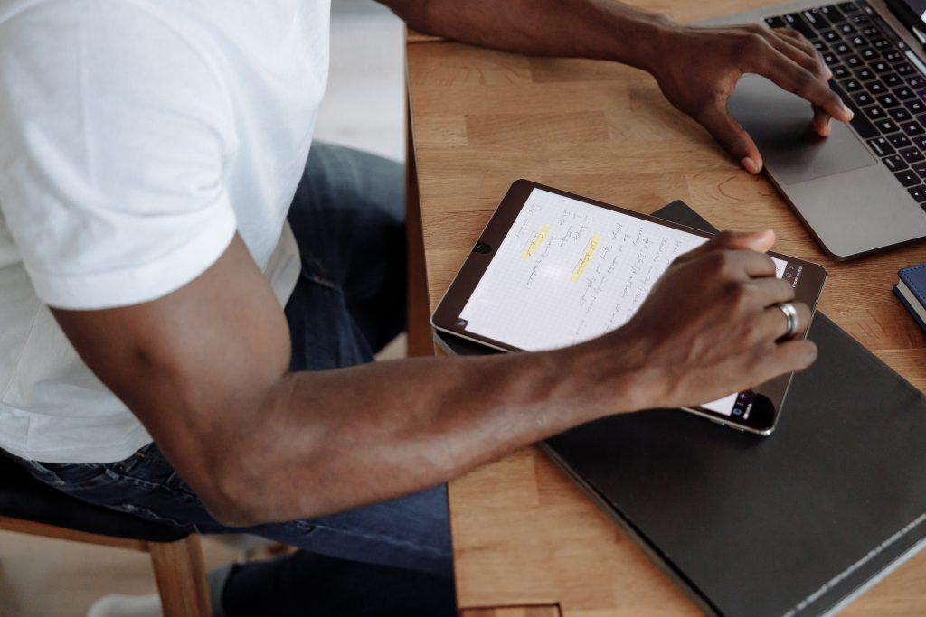 Pessoa planejando com suas dicas de empreendedorismo