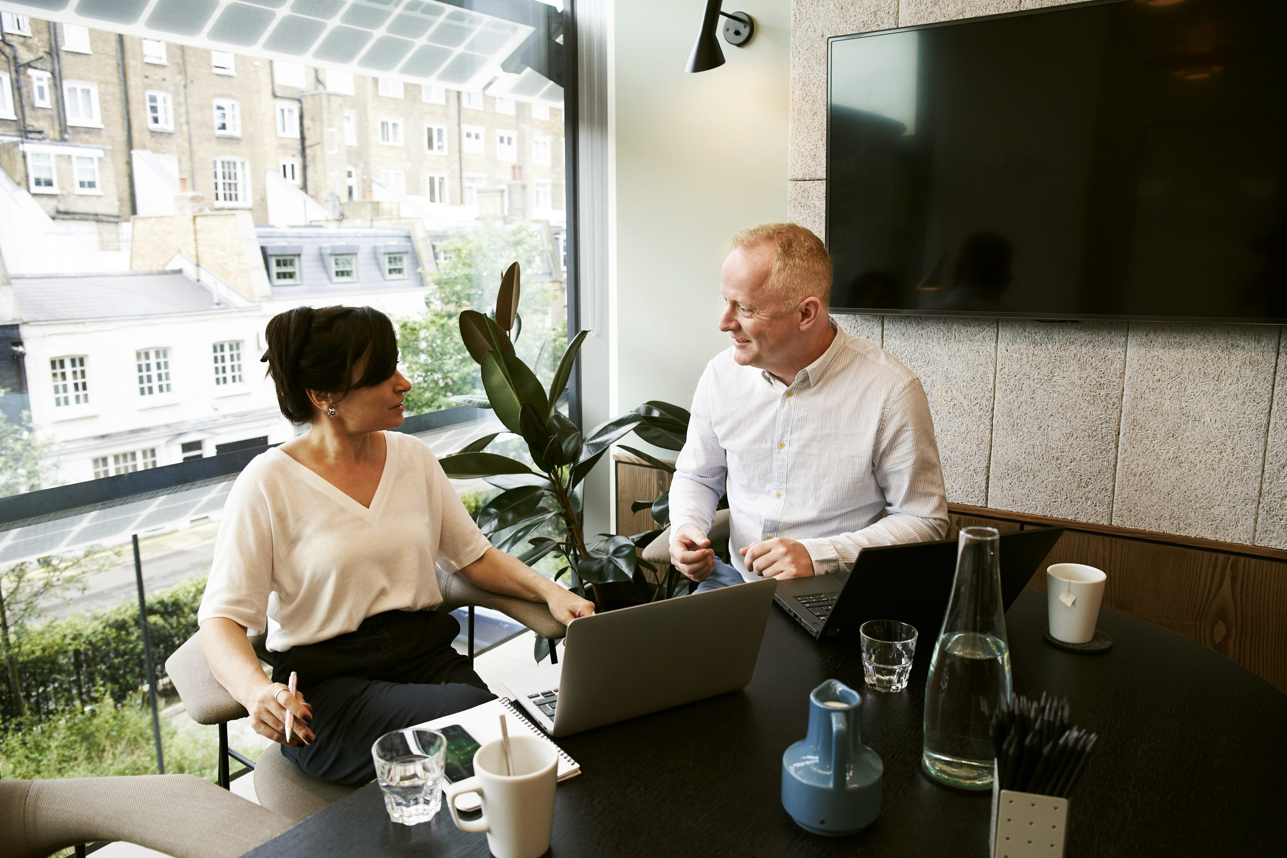 Pessoa acionando uma Consultoria de Negócios