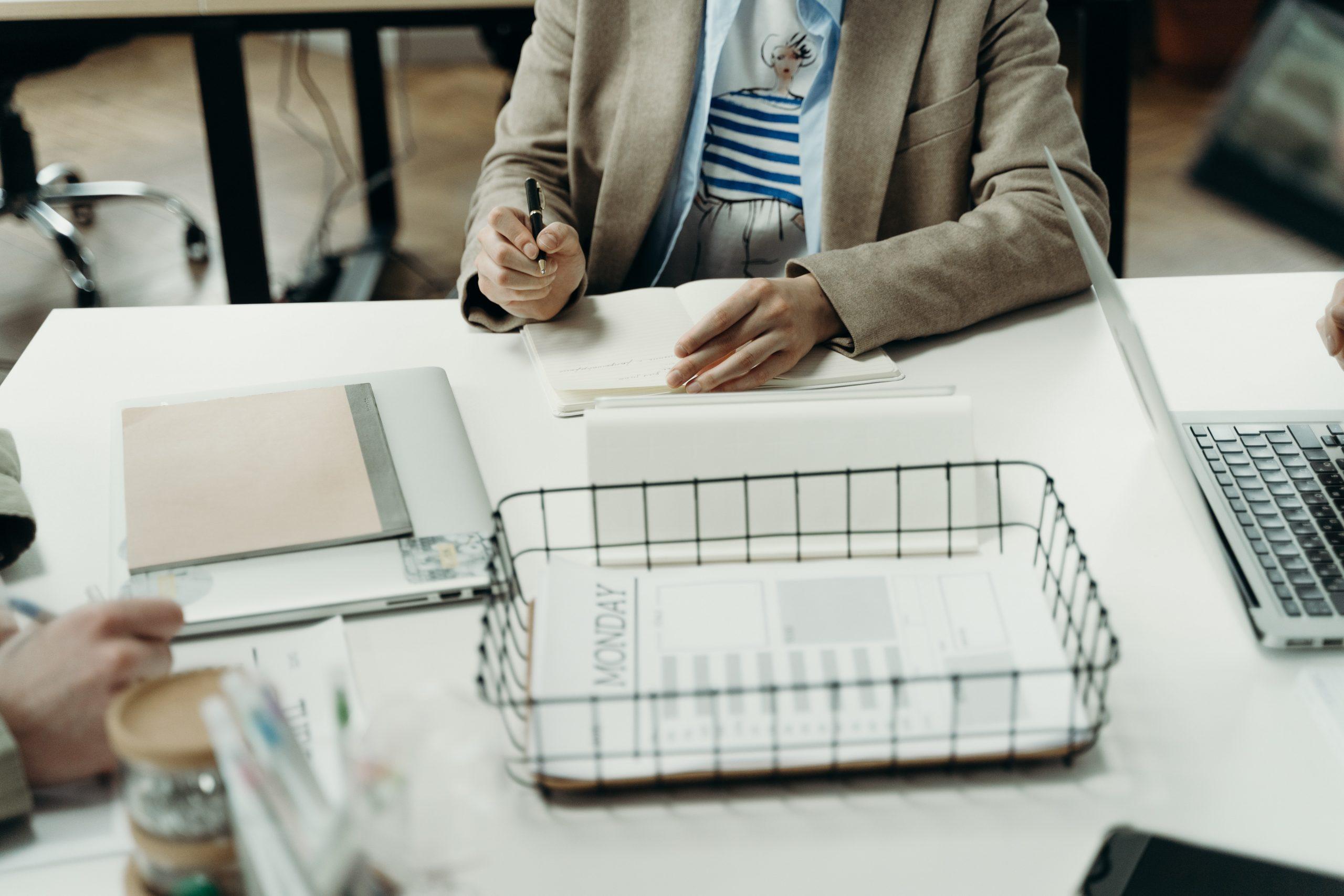 Pessoa trabalhando com a estruturação organizacional