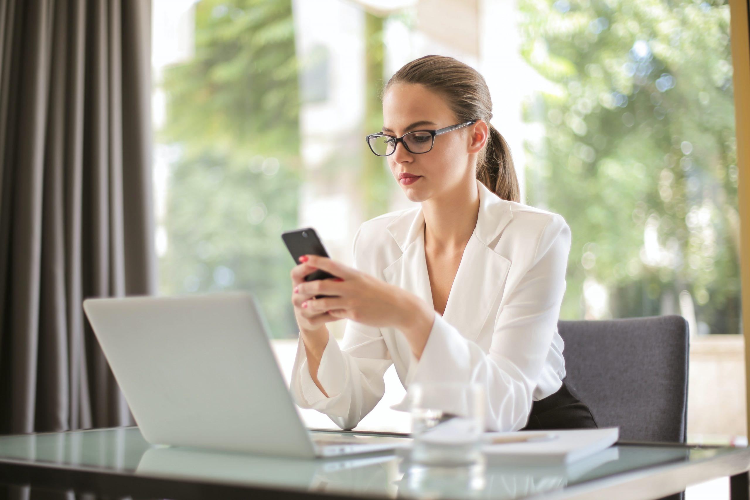 Mulher vendo app para controle financeiro