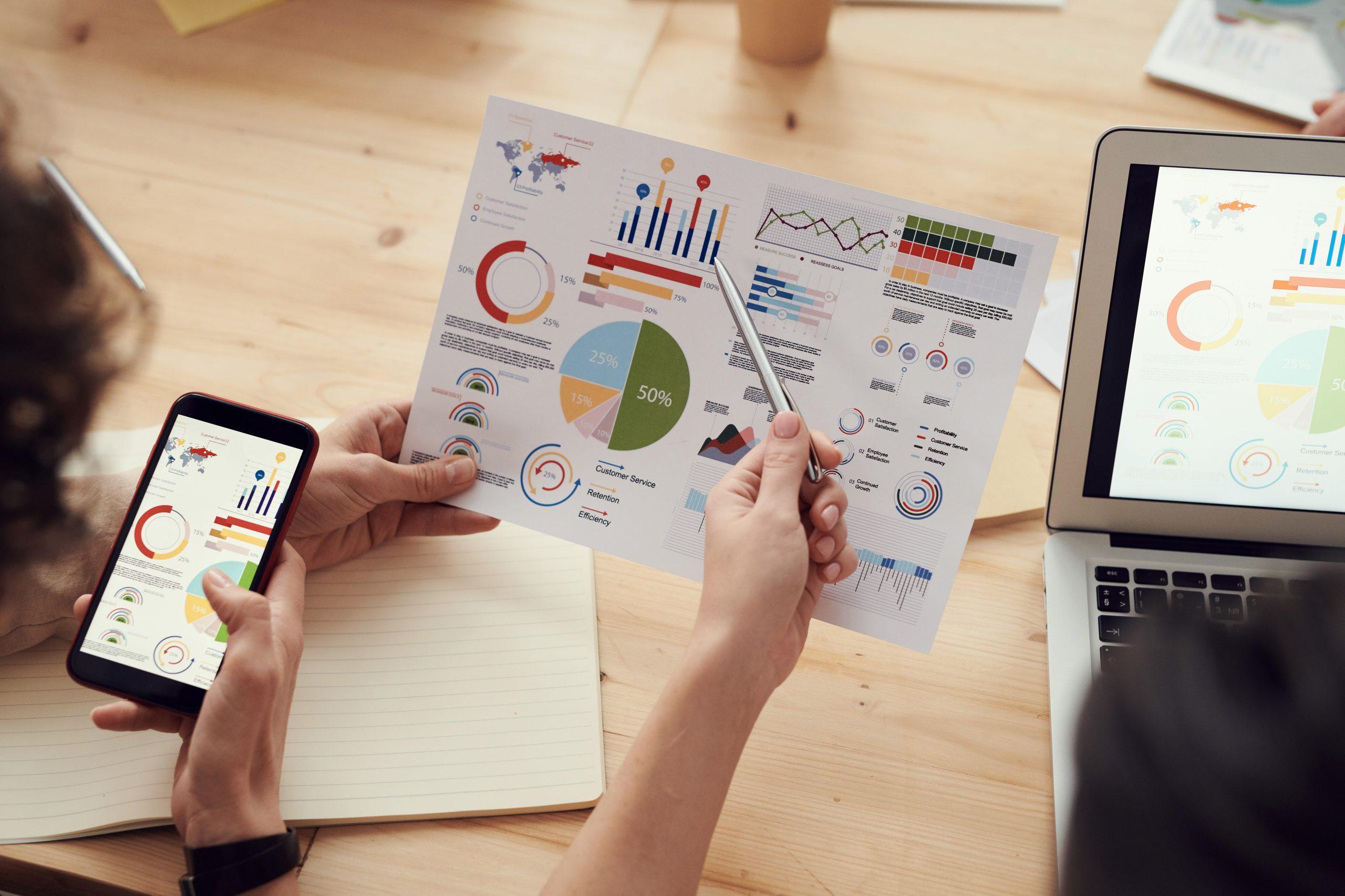 Analista de dados estudando pesquisas para traças estratégias