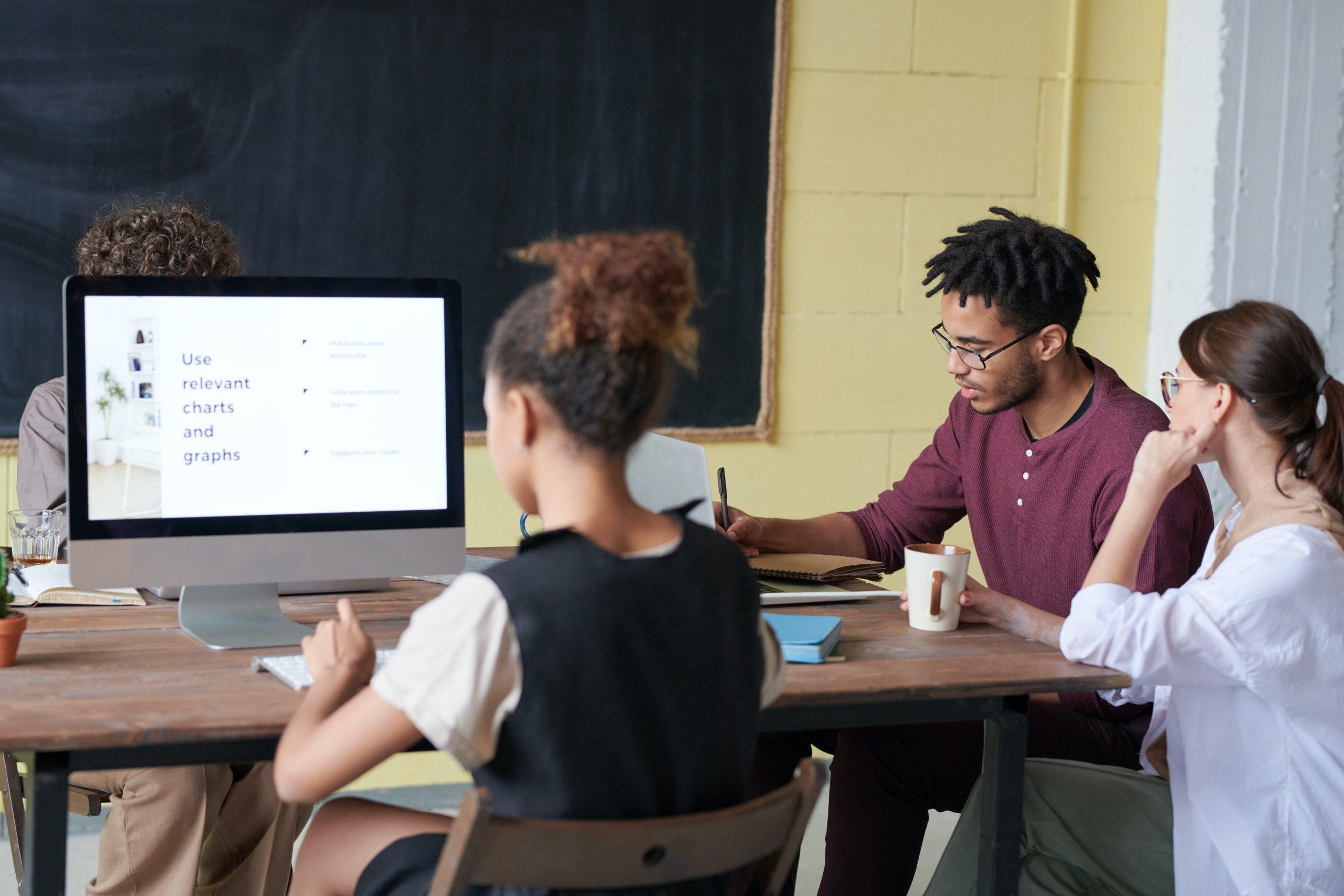 Equipe analisando missão visão e valores