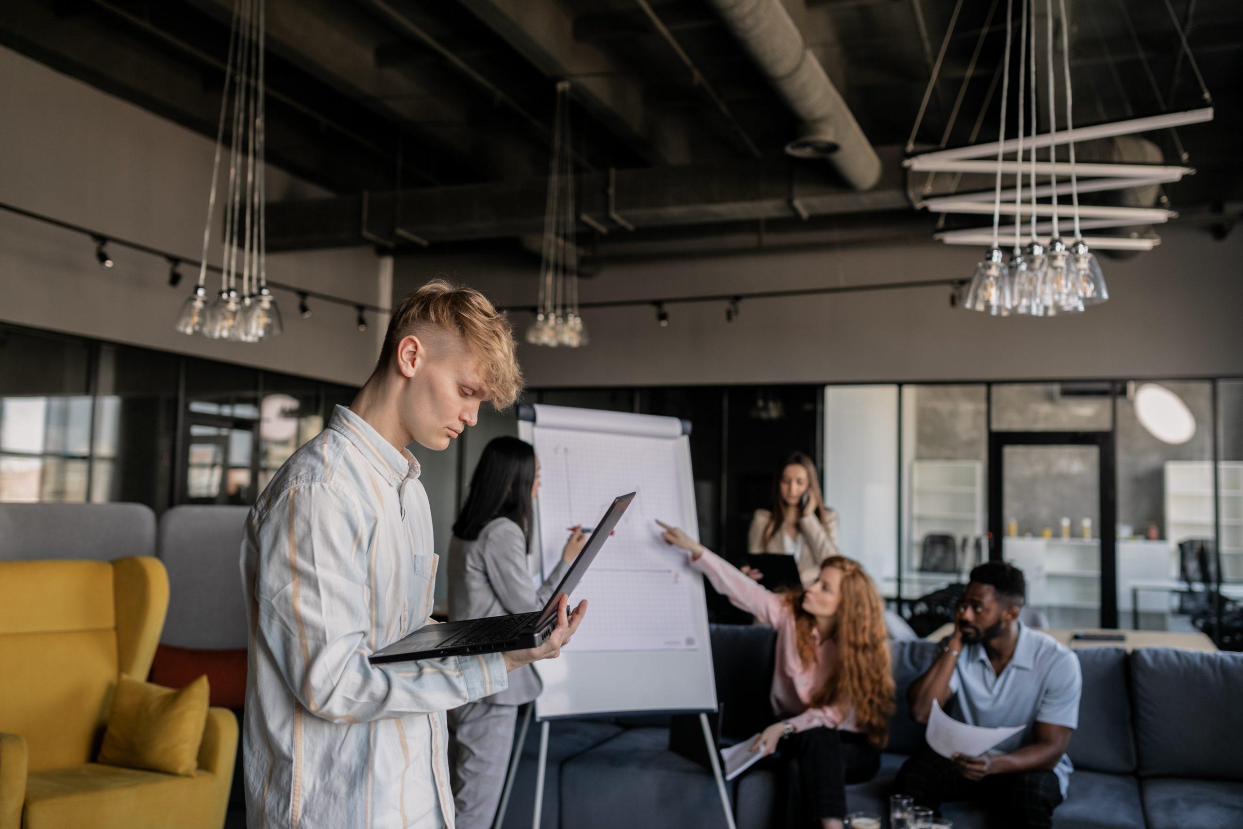 Equipe estudando sobre desenvolvimento do produto