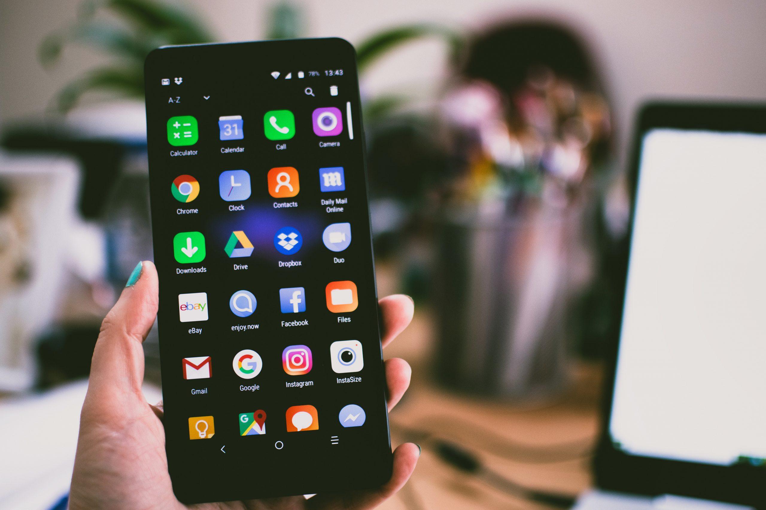 Pessoa analisando os melhores aplicativos para o negócio