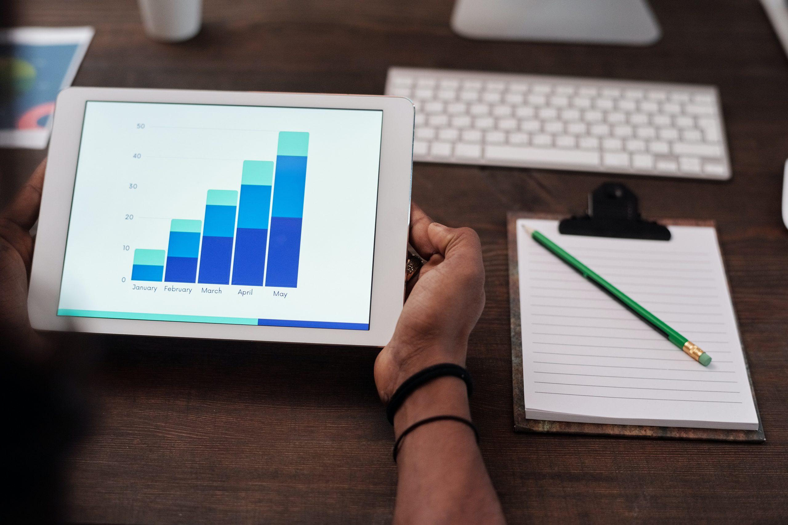 Pessoa estudando a análise de dados de um negócio