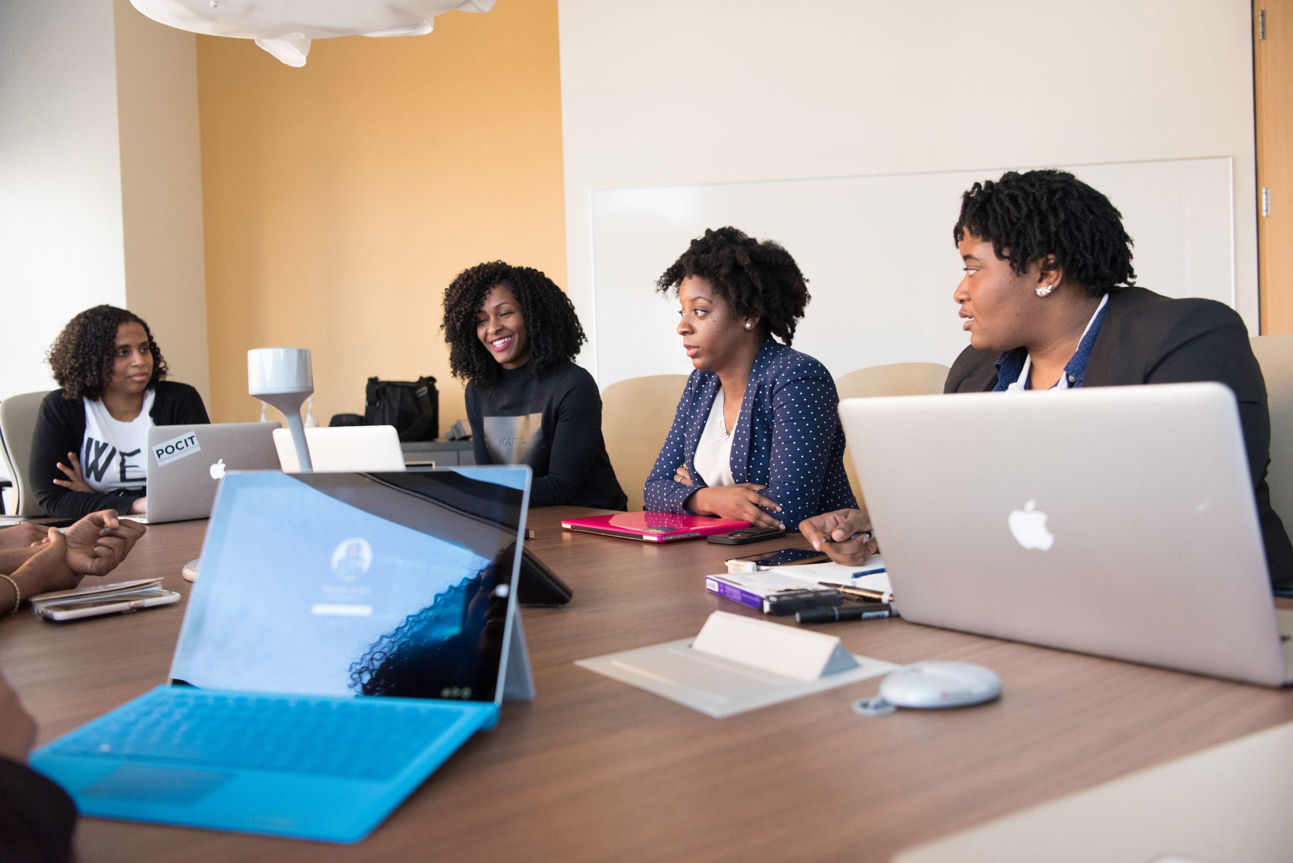 Equipe discutindo sobre sistema de informação