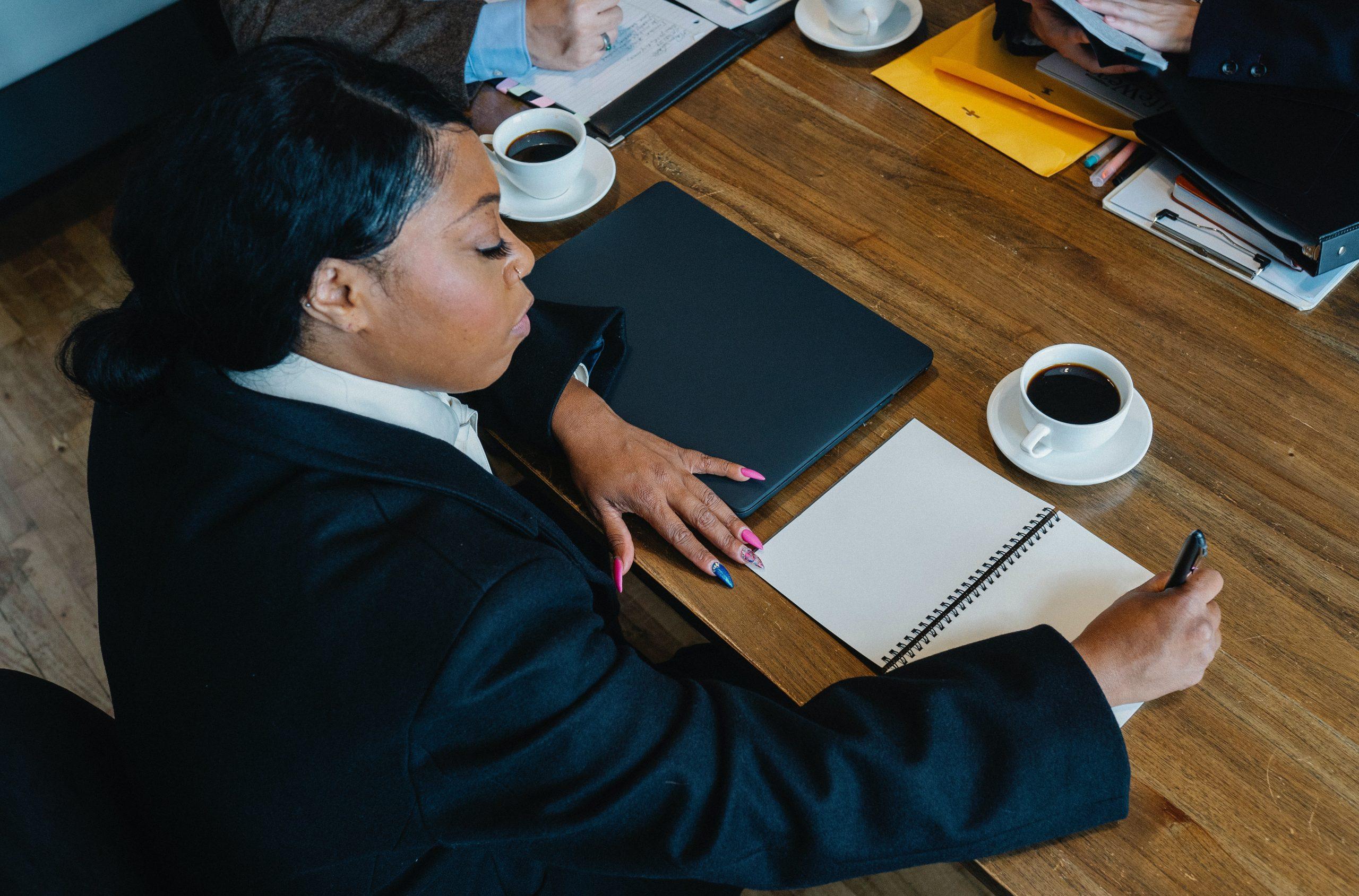 Pessoa analisando os processos e produtos do negócio