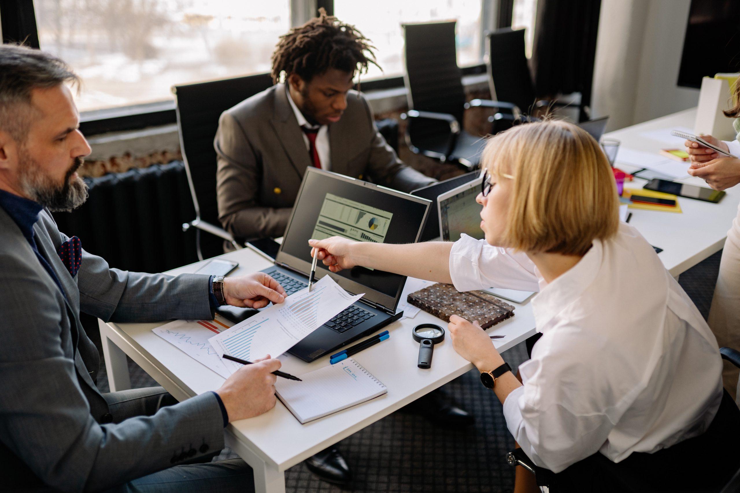 Pessoas analisando e estudando sobre gestão de produtos